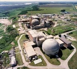 La Central Nuclear de Atucha en Argentina, es también la primera y única central comercial de agua pesada en el mundo que funciona totalmente con uranio levemente enriquecido.