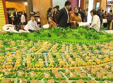 Stand en la Feria de Bienes Raíces de Beijing 2010. Las falsas inversiones extranjeras y especulaciones en bienes raíces alimentadas por la corrupción y el lavado de dinero conducen a la economía china al borde del colapso, opinan los expertos. (Feng Li/Getty Images)