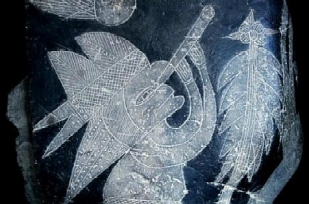 Una figura grabada en piedra se cree que tiene una antigüedad de 65 millones de años y posee un telescopio, invento que se creó en 1609 por Galileo. (Cortesía de Eugenia Cabrera/Museo Cabrera)