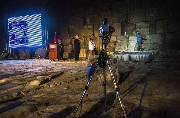 Una cámara se encuentra frente a la gran pirámide de Khufu (Keops) en Giza en las afueras de el Cairo durante un experimento de termografía infrarroja para la temperatura de sus paredes el 09 de noviembre de 2015. (KHALED DESOUKI/AFP/Getty Images)