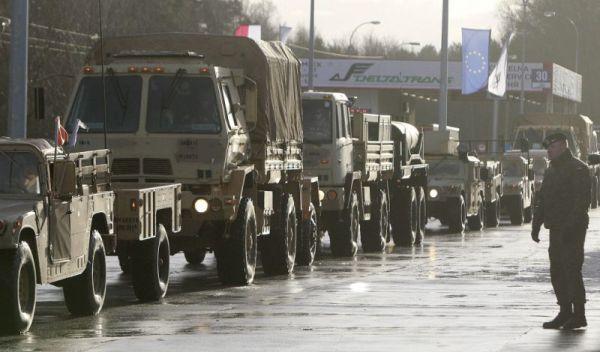 Vehículos militares estadounidenses cruzan la frontera polaca en Olszyna, Polonia, el jueves 12 de enero de 2017 camino de su nueva base en Zagan. (AP Foto/Czarek Sokolowski)